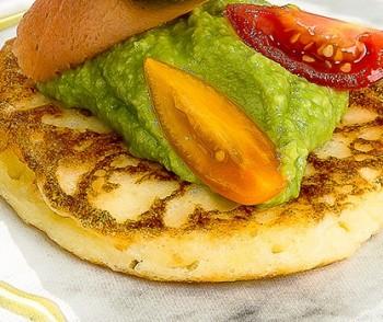 Blini com abacate e salmão defumado