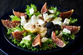 Salada especial com frutas e queijo