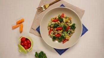 Bambini Letrinhas com molho de espinafre e legumes