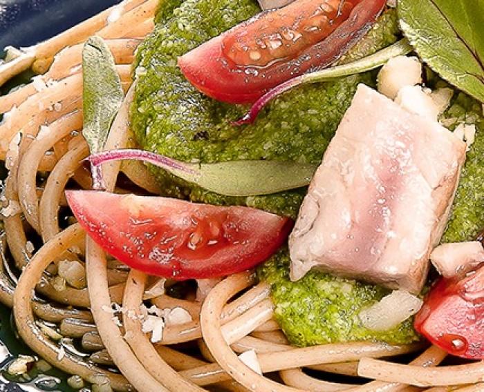 Spaghetti com Pesto de Rúcula, Atum e Tomate